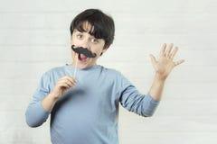 Ημέρα των ευτυχών fatherÂ, αγόρι με το ψεύτικο mustache στο ραβδί στοκ φωτογραφίες με δικαίωμα ελεύθερης χρήσης