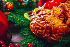Ημέρα των ευχαριστιών Χρόνος επιτραπέζιων γευμάτων Χριστουγέννων με τα ψημένα κρέατα που διακοσμούνται στο ύφος Χριστουγέννων Η έ Στοκ φωτογραφία με δικαίωμα ελεύθερης χρήσης