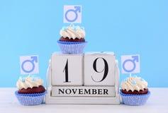 Ημέρα των διεθνών ατόμων Cupcakes με τα αρσενικά σύμβολα Στοκ φωτογραφίες με δικαίωμα ελεύθερης χρήσης