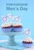 Ημέρα των διεθνών ατόμων Cupcakes με τα αρσενικά σύμβολα Στοκ Εικόνα