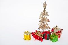 Ημέρα των Χριστουγέννων κιβωτίων και διακοσμήσεων δώρων και νέου έτους που απομονώνονται Στοκ Φωτογραφίες
