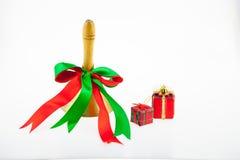 Ημέρα των Χριστουγέννων κιβωτίων και κουδουνιών δώρων και νέου έτους που απομονώνονται σε ένα W στοκ εικόνα με δικαίωμα ελεύθερης χρήσης