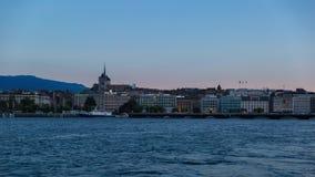 Ημέρα όχθεων της λίμνης της Γενεύης στο νυχτερινό σφάλμα απόθεμα βίντεο
