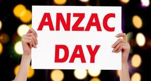 Ημέρα Anzac θηλυκά χέρια που κρατούν μια αφίσσα Στοκ Εικόνα