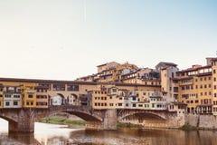 Ημέρα Unny στη Φλωρεντία, ποταμός Arno, οι απόψεις Ponte Vecchio και της στοάς Uffizi, το ιστορικό κέντρο της Φλωρεντίας Στοκ φωτογραφία με δικαίωμα ελεύθερης χρήσης