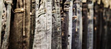 Ημέρες μόδας: το ράφι με τα κλασικά τζιν κλείνει αυξημένος στοκ φωτογραφία με δικαίωμα ελεύθερης χρήσης