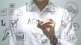ΗΜΕΡΗΣΙΑ ΔΙΆΤΑΞΗ γραψίματος γυναικών στη διαφανή οθόνη Η επιχειρηματίας γράφει εν πλω απόθεμα βίντεο