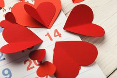 Ημερολογιακή σελίδα με τις κόκκινες καρδιές στις 14 Φεβρουαρίου Στοκ φωτογραφία με δικαίωμα ελεύθερης χρήσης