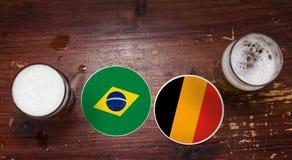 Ημερολόγιο αντιστοιχιών Παγκόσμιου Κυπέλλου 2018, υπόβαθρο ιπτάμενων έννοιας χαλιών μπύρας Βραζιλία εναντίον Βέλγων στοκ φωτογραφίες
