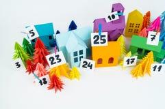 Ημερολόγιο εμφάνισης για το χρώμα ουράνιων τόξων παιδιών Τέχνη εγγράφου σπιτιών και χριστουγεννιάτικων δέντρων στοκ φωτογραφίες