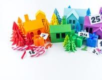 Ημερολόγιο εμφάνισης για το χρώμα ουράνιων τόξων παιδιών Τέχνη εγγράφου σπιτιών και χριστουγεννιάτικων δέντρων στοκ φωτογραφίες με δικαίωμα ελεύθερης χρήσης