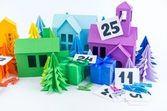 Ημερολόγιο εμφάνισης για το χρώμα ουράνιων τόξων παιδιών Τέχνη εγγράφου σπιτιών και χριστουγεννιάτικων δέντρων στοκ φωτογραφία με δικαίωμα ελεύθερης χρήσης