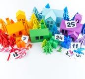 Ημερολόγιο εμφάνισης για το χρώμα ουράνιων τόξων παιδιών Τέχνη εγγράφου σπιτιών και χριστουγεννιάτικων δέντρων r στοκ φωτογραφία