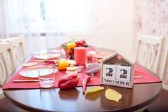 Ημερολόγιο με ένα στις 22 Νοεμβρίου ημερομηνίας - διακοπές ημέρας των ευχαριστιών σε ένα κόκκινο επιτραπέζιο υπόβαθρο Ημέρα των ε Στοκ Εικόνα