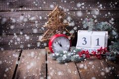 Ημερολόγιο, ρολόι, διακοσμητικό δέντρο γουνών δέντρων, μούρων και κλάδων Στοκ Φωτογραφίες