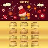 ημερολόγιο του 2019 Χαριτωμένη συνεδρίαση χοίρων στο κιβώτιο με τα δώρα στοκ εικόνα