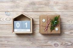 Ημερολόγιο Χριστουγέννων Δώρο Χριστουγέννων, κλάδοι έλατου στο ξύλινο άσπρο υπόβαθρο Διαστημική, τοπ άποψη αντιγράφων Στοκ εικόνα με δικαίωμα ελεύθερης χρήσης