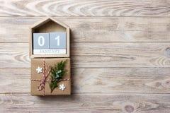 Ημερολόγιο Χριστουγέννων Δώρο Χριστουγέννων, κλάδοι έλατου στο ξύλινο άσπρο υπόβαθρο Διαστημική, τοπ άποψη αντιγράφων Στοκ Εικόνα
