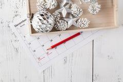 Ημερολόγιο Χριστουγέννων Δώρο Χριστουγέννων, κλάδοι έλατου στο ξύλινο άσπρο υπόβαθρο Διαστημική, τοπ άποψη αντιγράφων Στοκ Εικόνες
