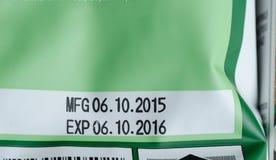 Ημερομηνία λήξης που τυπώνεται στο πακέτο προϊόντων στοκ εικόνες