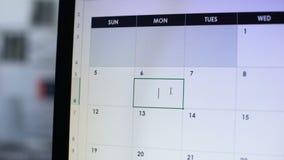 Ημερομηνία που σχεδιάζεται στο σε απευθείας σύνδεση ημερολογιακό χέρι που δείχνει στην οθόνη PC, σημαντική υπενθύμιση απόθεμα βίντεο