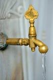Ημερομηνία της βρύσης πλύσης φιαγμένη από ορείχαλκο Στοκ φωτογραφίες με δικαίωμα ελεύθερης χρήσης