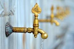 Ημερομηνία της βρύσης πλύσης φιαγμένη από ορείχαλκο Στοκ Εικόνες