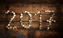 ημερομηνία του 2017 που διαμορφώνεται των χρησιμοποιημένων χρυσών κορυφών μπουκαλιών Στοκ Φωτογραφίες