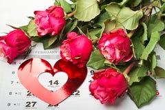 Ημερολογιακή σελίδα με τις κόκκινες καρδιές και την ανθοδέσμη των κόκκινων τριαντάφυλλων την ημέρα βαλεντίνων Στοκ Εικόνες