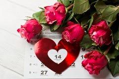 Ημερολογιακή σελίδα με τις κόκκινες καρδιές και την ανθοδέσμη των κόκκινων τριαντάφυλλων την ημέρα βαλεντίνων Στοκ Φωτογραφίες
