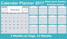 Ημερολογιακός αρμόδιος για το σχεδιασμό για το έτος του 2017 3 μήνες στη σελίδα Η εβδομάδα αρχίζει τη Δευτέρα Στοκ Φωτογραφία