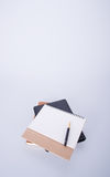ημερολόγιο ή μάνδρα με το ημερολόγιο στο υπόβαθρο Στοκ εικόνα με δικαίωμα ελεύθερης χρήσης
