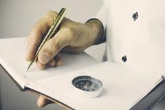 Ημερολόγιο εκμετάλλευσης επιχειρηματιών στα χέρια Στοκ φωτογραφία με δικαίωμα ελεύθερης χρήσης