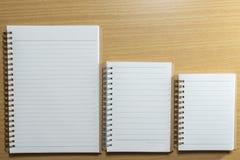 Ημερολόγιο και σημειωματάριο στον ξύλινο πίνακα Τοπ όψη Στοκ εικόνες με δικαίωμα ελεύθερης χρήσης