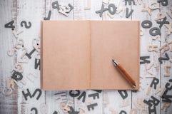 Ημερολόγιο κενών σελίδων και ξύλινο μολύβι Στοκ Εικόνες