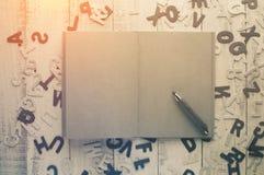 Ημερολόγιο κενών σελίδων και ξύλινο μολύβι Στοκ φωτογραφία με δικαίωμα ελεύθερης χρήσης
