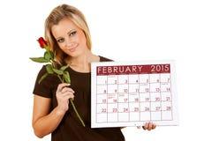 2015 ημερολόγιο: Το κράτημα ενός βαλεντίνου Φεβρουαρίου αυξήθηκε Στοκ εικόνα με δικαίωμα ελεύθερης χρήσης