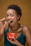 δημητριακά κύπελλων που τρώνε τη γυναίκα στοκ εικόνες με δικαίωμα ελεύθερης χρήσης