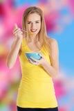 δημητριακά που τρώνε τη γυναίκα στοκ εικόνες