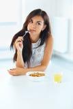 δημητριακά που τρώνε τη γυ&n κατανάλωση υγιής η υγεία προσοχής όπλων απομόνωσε τις καθυστερήσεις W Στοκ Εικόνες