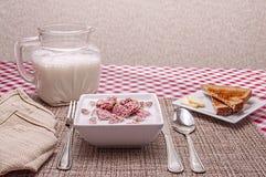 Δημητριακά προγευμάτων, κύπελλο, γάλα, φρυγανιά Στοκ Φωτογραφία