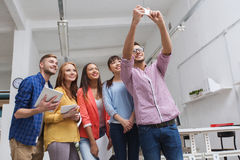 Δημιουργική επιχειρησιακή ομάδα που παίρνει selfie στο γραφείο Στοκ Εικόνες
