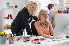 Δημιουργικοί σχεδιαστές μόδας που εξετάζουν τον υπολογιστή Στοκ φωτογραφία με δικαίωμα ελεύθερης χρήσης