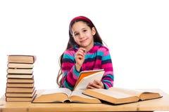Δημιουργικό κορίτσι με το σωρό των βιβλίων Στοκ Εικόνα