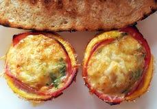 Δημιουργικό muffins αυγών προγευμάτων †«με το μπέϊκον, καφές, άσπρο ψωμί, βούτυρο Στοκ Εικόνες