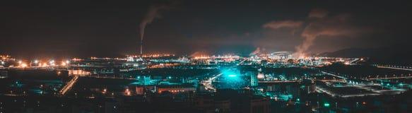 ημισεληνοειδής βροχή νύχτας πόλεων στοκ εικόνες