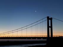Ημισεληνοειδές φεγγάρι πριν από την ανατολή πέρα από τη γέφυρα της λιμνοθάλασσας παγετώνων Jokulsarlon στοκ εικόνα με δικαίωμα ελεύθερης χρήσης