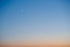 Ημισεληνοειδές φεγγάρι στο ηλιοβασίλεμα Στοκ φωτογραφία με δικαίωμα ελεύθερης χρήσης
