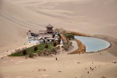 Ημισεληνοειδής λίμνη φεγγαριών, Dunhuang, Κίνα στοκ εικόνες