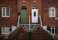 Ημι αποσυνδεμένο σπίτι με τις χαρακτηριστικές ιρλανδικές πόρτες Στοκ Εικόνες